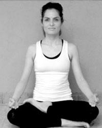 image du professeur de yoga MANDANA MORTAZAVI